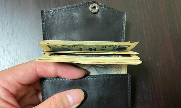 紙幣も20札くらい入る
